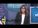 США: Западное Крыло Си Джей Крегг врезается Белый Дом пресс-брифинг.