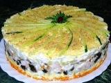 Слоеный торт с копчёной курицей, черносливом и шампиньонами. Рецепт.