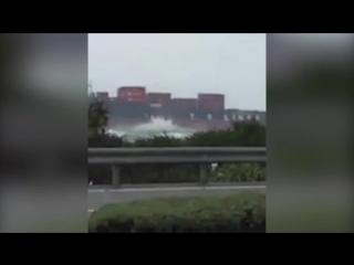 Вертолет с пассажирами рухнул в море (видео)
