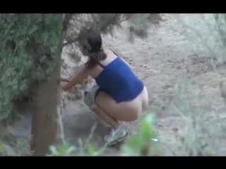 Писающие женщины в кустах скрытая камера