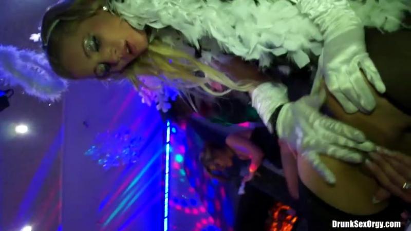 Офигенный секс на вечеринке видео Читаю