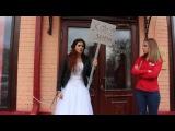 Девушка в свадебном платье приковала себя наручниками к ювелирному