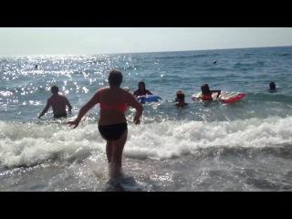Волны, шторм, катаемся на волнах, Крым алушта, дети купаются, играем на море