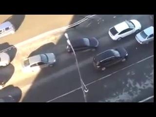 Машина чуть не провалилась в дыру на дороге