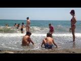 Волны шторм , катаемся на волнах, девочки на матрацах , Крым алушта, Чёрное море, дети играют