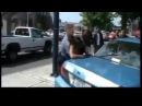 Белый полицейский ударил афроамериканку