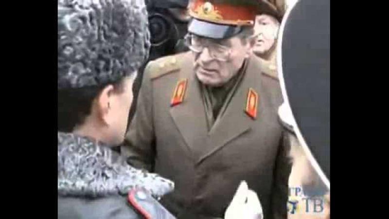ОМОН силой задерживает пожилых генералов и адмиралов