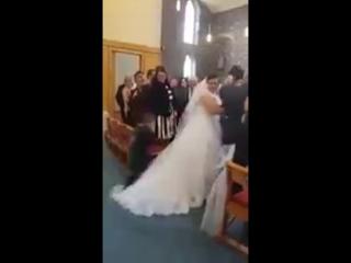 Паренёк запрыгнул на свадебное платье своей тёти, подумав, что оно как облачка