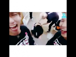 I almost burst out laughing during class because of this maknae 😂