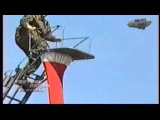 Спасатель срывается с лестницы на большой высоте