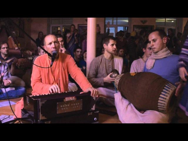 Damodarashtakam Kirtan HH Bhakti Vaibhava Swami - ISKCON Riga 2011.10.15.
