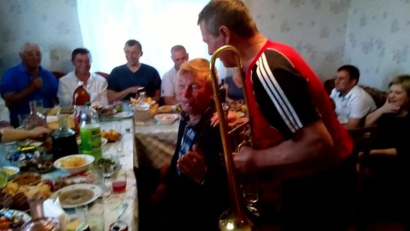 Дід Іван вишиває на тромбоні.