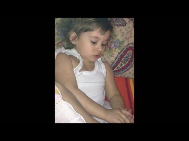 Смешная маленькая девочка грызет ногти на НОГАХ... Очень смешно, смотреть всем