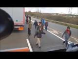 венгерский дальнобойщик против толпы мигрантов (полная версия с переводом)
