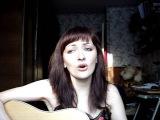 Девушка поёт песню под гитару