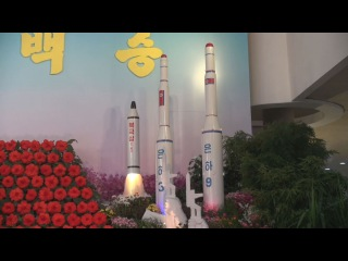 潜水艦ミサイル模型も展示 花の展示会公開 Models of North Korean missiles displayed at flower exhibition