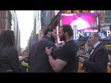 На Таймс-Сквер в Нью-Йорке бурное возмущение многочисленных прохожих и туристов вызвала свадебная фотосессия, главными героями которой были 65-летний мужчина и 12-летняя девочка. Но свадьба была не настоящей – с помощью такого социального эксперимента изв
