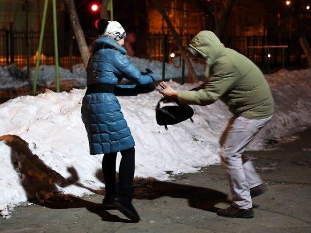 В Якутске налетчик выхватил у женщины сумку с тридцатью тысячами рублей