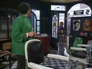 Мистер Бин сначала демонстрирует старую технику стрижки под горшок, а затем…