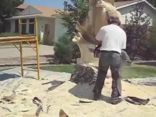Сделано человеком. Мужчина превратил засохший ствол дерева в удивительную скульптуру