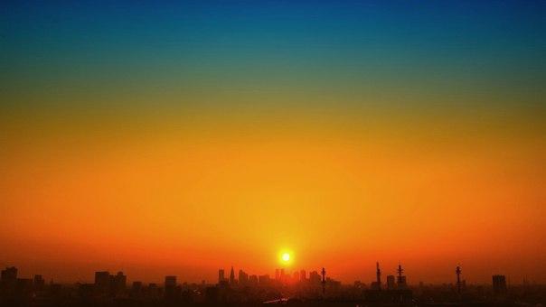 мандариновый капюшон за горизонт. маникюр чёрным лаком ложится на город.