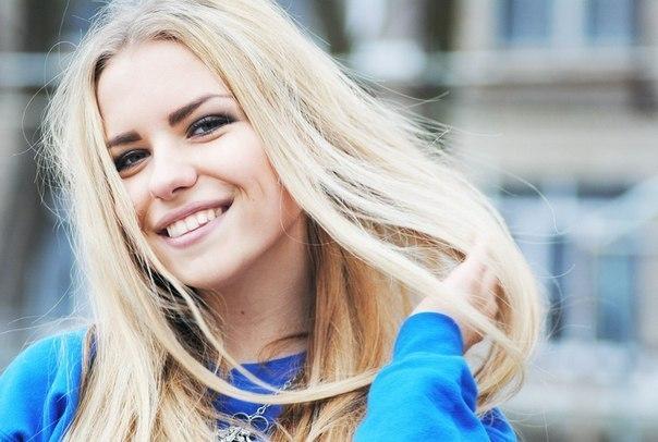 Красивая девушка смеется фото