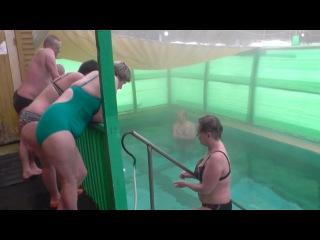 Термальный бассейн на Гоуджиките. Девушки купаются зимой, моржевание.