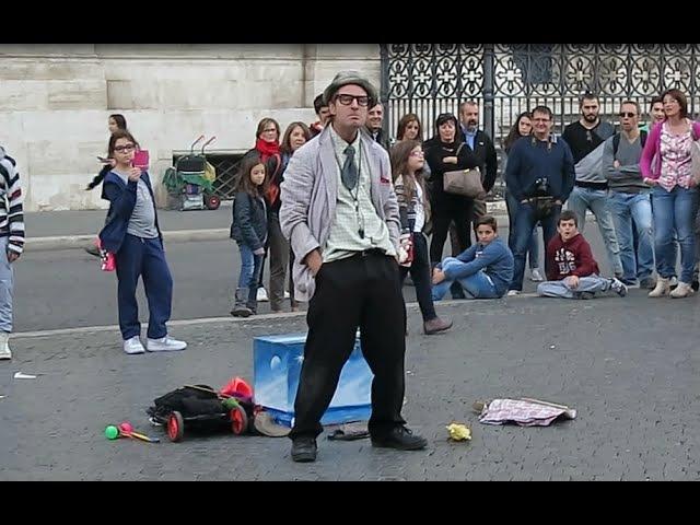 Video divertenti e scene comiche - Pagliaccio che fa ridere e fa scherzi per strada a Roma