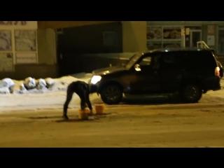 «Дорожная фея»: девушка по ночам ремонтирует дороги в Омске