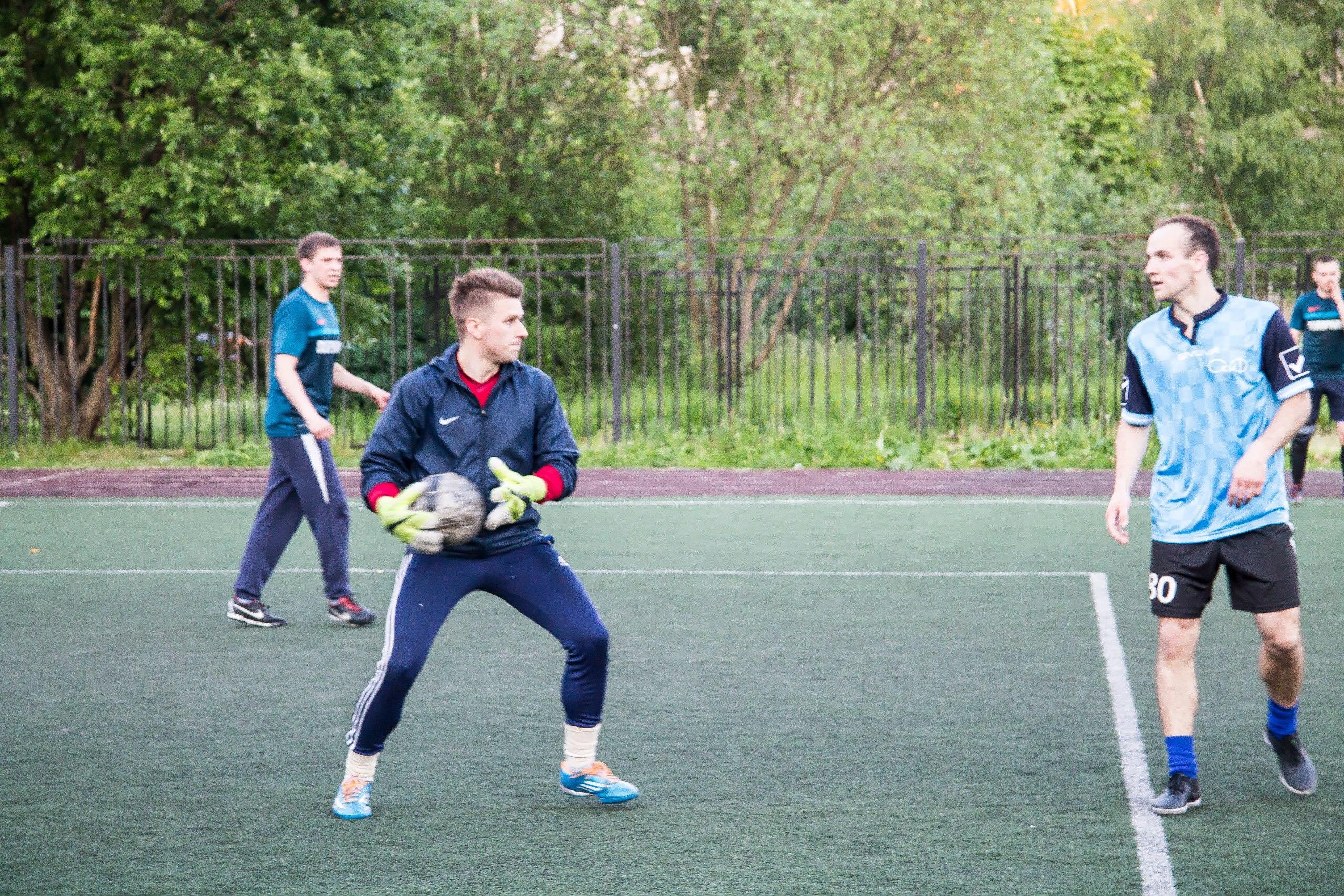 Евгений Зайцев (крайний справа) препятствует вводу мяча голкипером темно-синих Артемом Малашенко (в перчатках Микки Мауса), Поворники - Скиф (6-й тур), Премьер-лига-2016