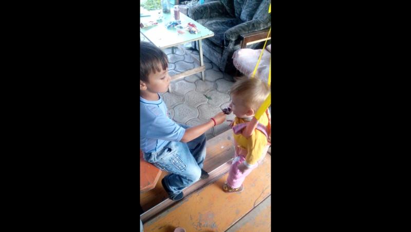 Ролан кормит сестренку мороженкой
