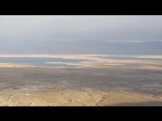 Спускаемся с крепости Масада. Вдалеке виднеется Мертвое море. Израиль (2016)