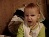 Маленькая девочка поет песенку