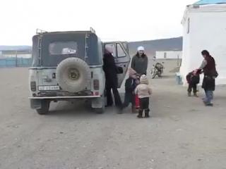35 детей и трое взрослых в одном автомобиле.