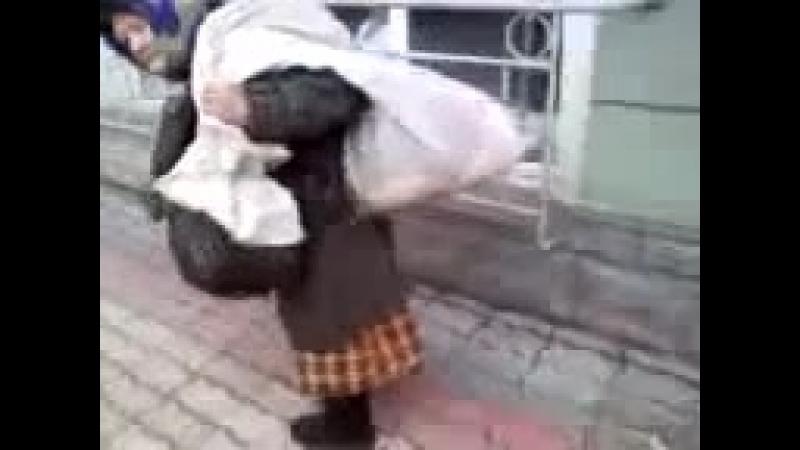 Орловская бабушка бомж бомжиха силачка Тяжёлые мешки у бабушки Город Орёл Видео прикол