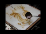 Китаец рисует дракона расплавленным сахаром.