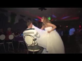 Сексуальная невеста танцует стриптиз и раздевается. Это голая правда