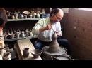 Гончар Tamura из Shigaraki (Япония) работает на гончарном круге