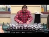 Уличный музыкант виртуозно играет на бокалах