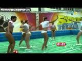 Бразильские девушки играют в футбол.