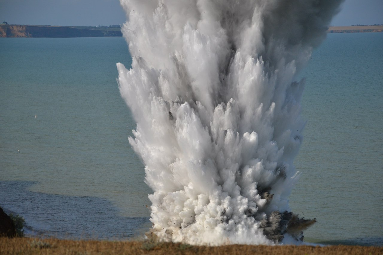 Под Таганрогом путем подрыва уничтожили 13 взрывоопасных снарядов