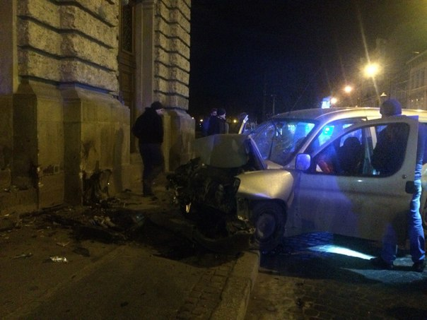 У Львові іномарка врізалася в будівлю Оперного театру