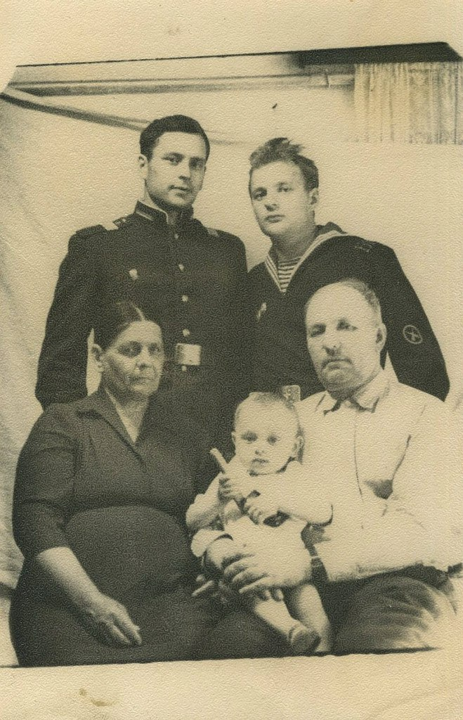 Семья Ивана Акимовича Многолетнего, супруга Анна, сыновья Юрий и Михаил, внук Владимир, 1964г.