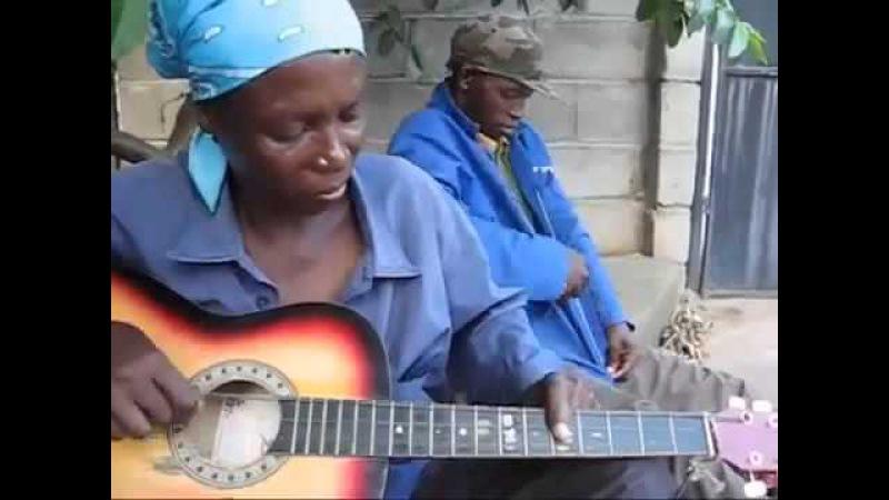 Африканка нетрадиционно играет на гитаре