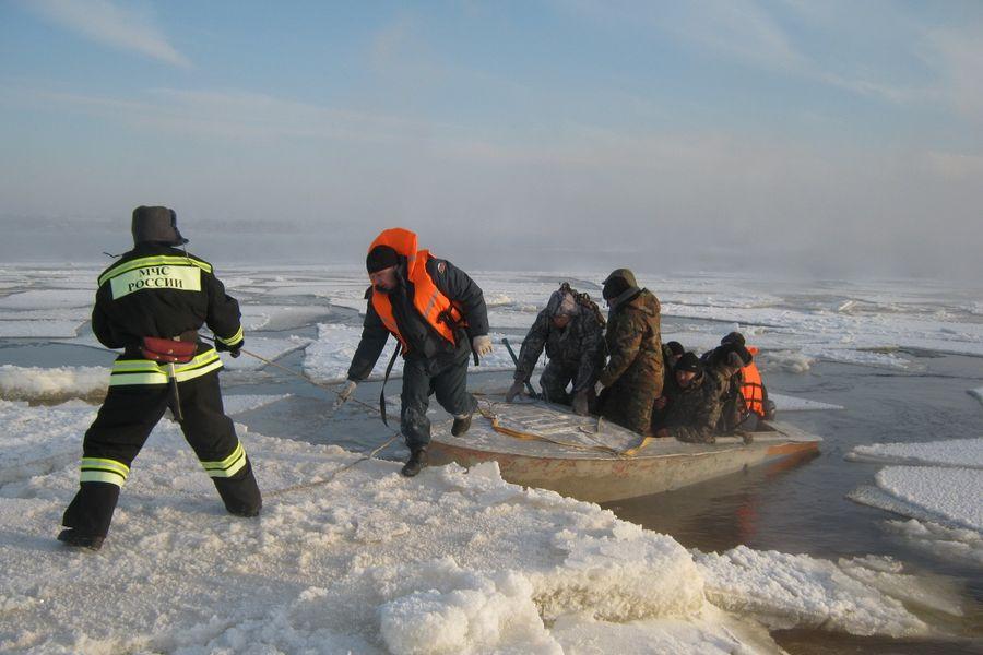 В Ростовской области донские спасатели на водохранилище спасли 7 рыбаков