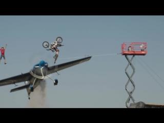 Смертельный трюк: канатоходец, мотоциклист и самолет!