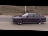 Парень уверенно гоняет на BMW M5 по Москве в плотном потоке