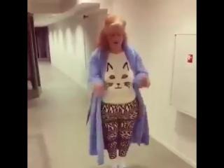 Эта бабушка танцует лучше меня