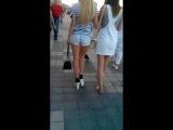 Наденька: Секси блондинка демонстрирует свою попу в рваных шортиках... и ножки;)