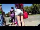 Девочка в шортиках на остановке